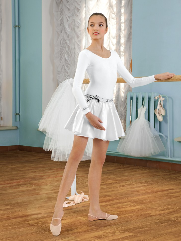 Девочки в коротких юбках танцы